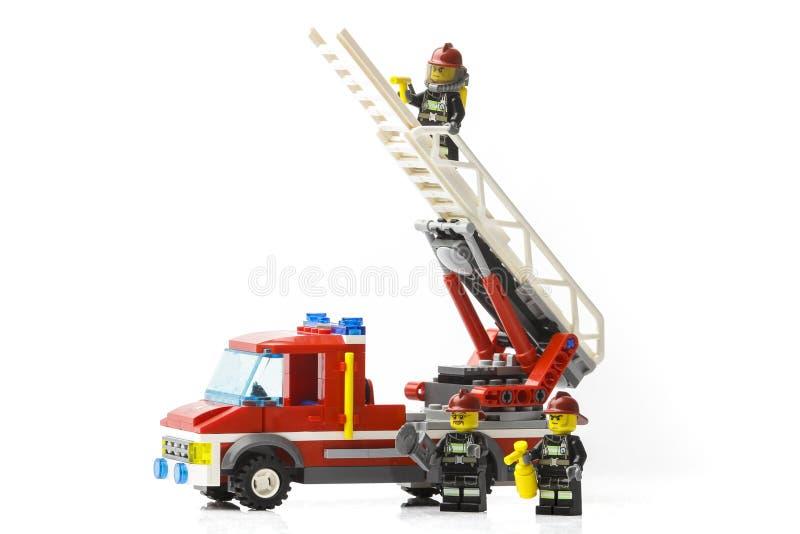 Riga, Letonia - 9 de noviembre de 2019: Bomberos de Lego Minifiguras Lego es una marca popular de minifiguras Lego Company tiene  imagen de archivo