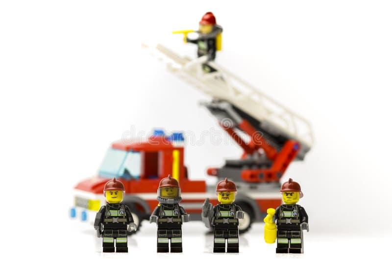 Riga, Letonia - 9 de noviembre de 2019: Bomberos de Lego Minifiguras Lego es una marca popular de minifiguras Lego Company tiene  imagenes de archivo