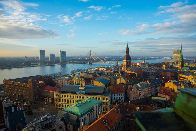 Riga, Letonia: Vista aérea de Riga con la catedral de la bóveda y el terraplén del Daugava del río fotos de archivo libres de regalías