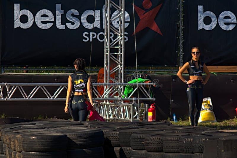Riga, Lettland - 2. August 2019 - Revuegirls in der ledernen Kleidung stockbild