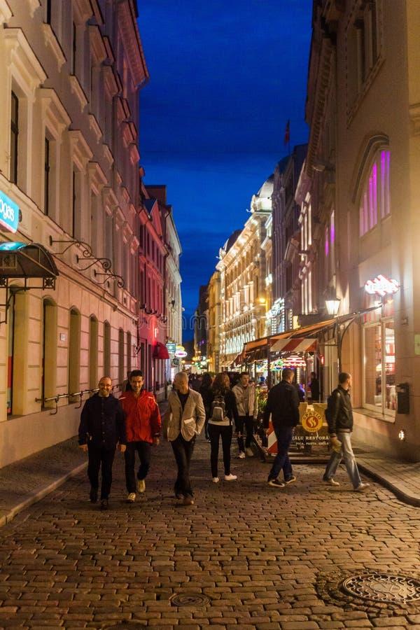 RIGA, LETTLAND - 18. AUGUST 2016: Schmale Gasse in der Mitte von Riga, Latv stockbilder