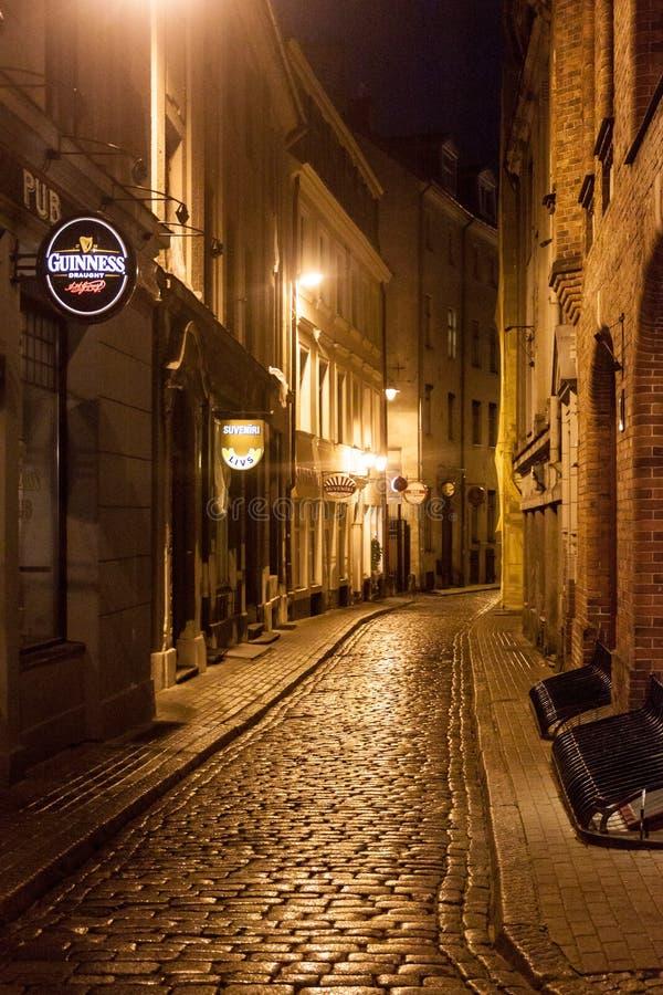 RIGA, LETTLAND - 18. AUGUST 2016: Schmale Gasse in der Mitte von Riga, Latv lizenzfreie stockfotos