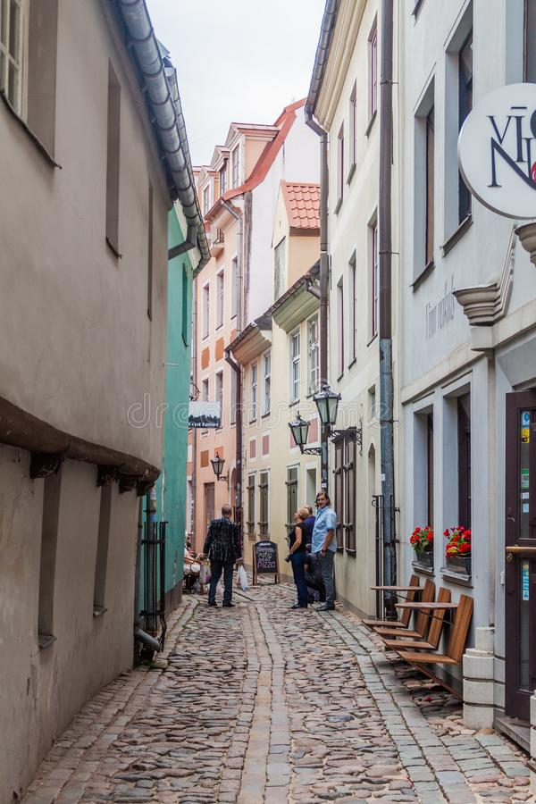 RIGA, LETTLAND - 19. AUGUST 2016: Schmales cobbled Gasse Troksnu-iela in der Mitte von Riga, Latv stockbild
