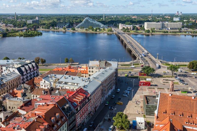 RIGA, LETTLAND - 8. AUGUST 2017: Vogelperspektive der alten Stadt und des Dauga lizenzfreies stockbild