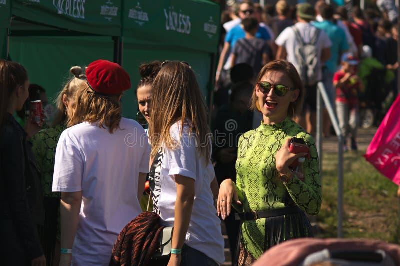 Riga Lettland - Augusti 02, 2019 - attraktiv kvinna som tycker om solskenet royaltyfria foton