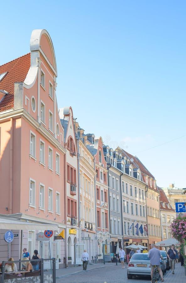 Riga Lettland - Augusti 10, 2014 - berömd smal medeltida arkitekturbyggnadsgata i den gamla staden Riga, Lettland royaltyfri foto