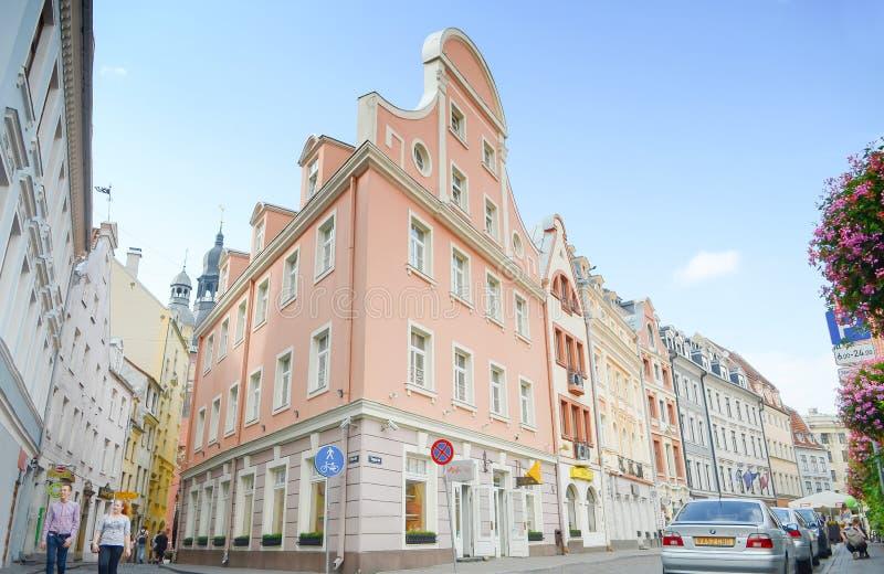 Riga Lettland - Augusti 10, 2014 - berömd smal medeltida arkitekturbyggnadsgata med kyrkliga torn i den gamla staden Riga, Lettla royaltyfri fotografi