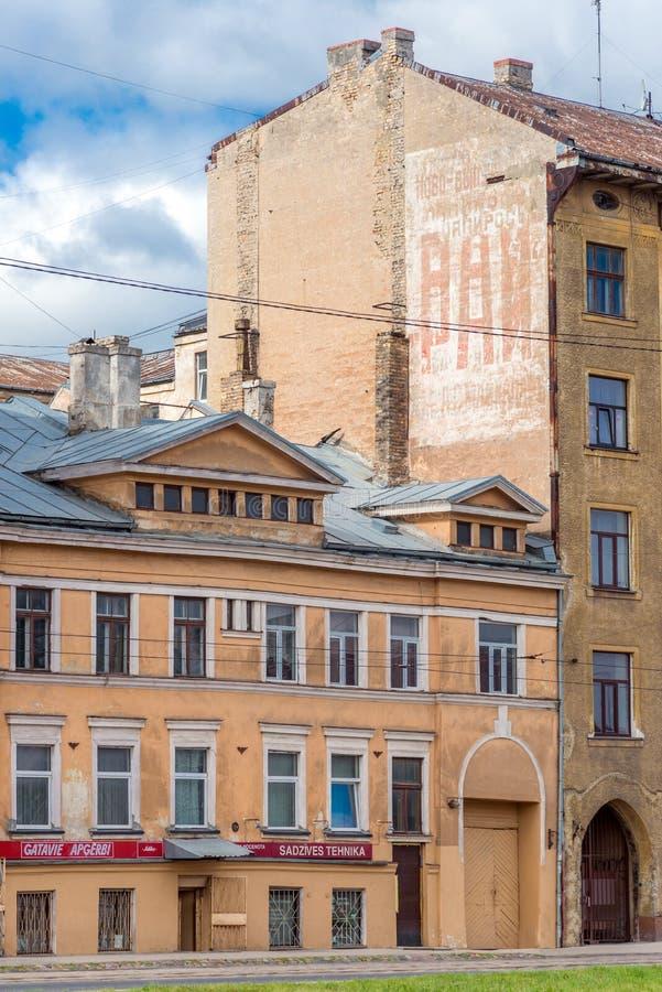 RIGA LETTLAND - AUGUSTI 7, 2017: gammalt hus med rysk grafittinolla fotografering för bildbyråer