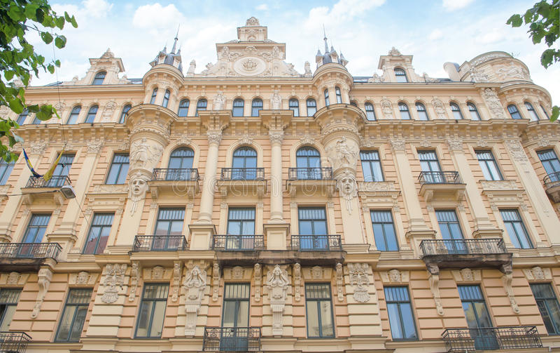 Riga Lettland - Augusti 10, 2014 - garnering på fasaden, fragment av området för slott för byggnad för Art Nouveau arkitekturstil royaltyfri fotografi
