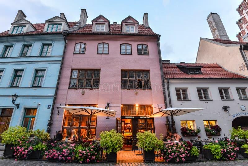 Riga Lettland - Augusti 23, 2017: Härlig sikt på gamla färgrika byggnader och gator av Riga, Lettland Riga centrum arkivfoton