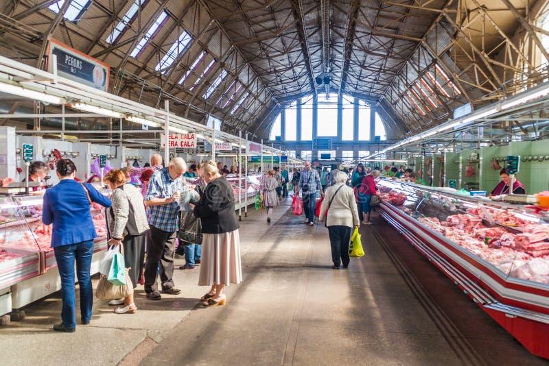 RIGA LETTLAND - AUGUSTI 19, 2016: Inre av Riga den centrala marknaden, Latv royaltyfri foto