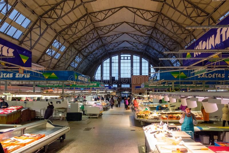 Riga / Lettland - 2 december 2019:Riga Central Market Pavilion Inre Riga Central Market är Europas största marknad och basar fotografering för bildbyråer