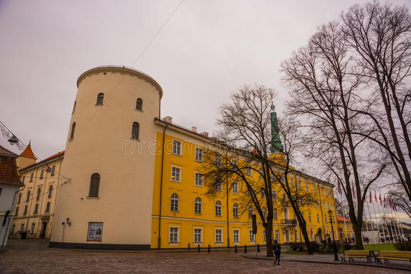 Riga Lettland: Den Rigas slotten är en slott på bankerna av floddaugavaen i den latvian huvudstaden Riga, uppehållet av president fotografering för bildbyråer