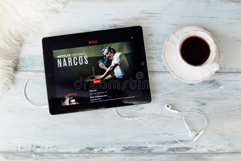 RIGA LETTLAND - FEBRUARI 17, 2016: Narcos är TV-serie för en thriller för amerikan som brotts- luftas ursprungligen på Augusti 28 fotografering för bildbyråer