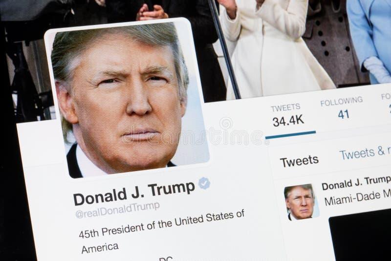 RIGA LETTLAND - Februari 02, 2017: President av den Amerikas förenta staterDonald Trump Twitter profilen royaltyfria foton