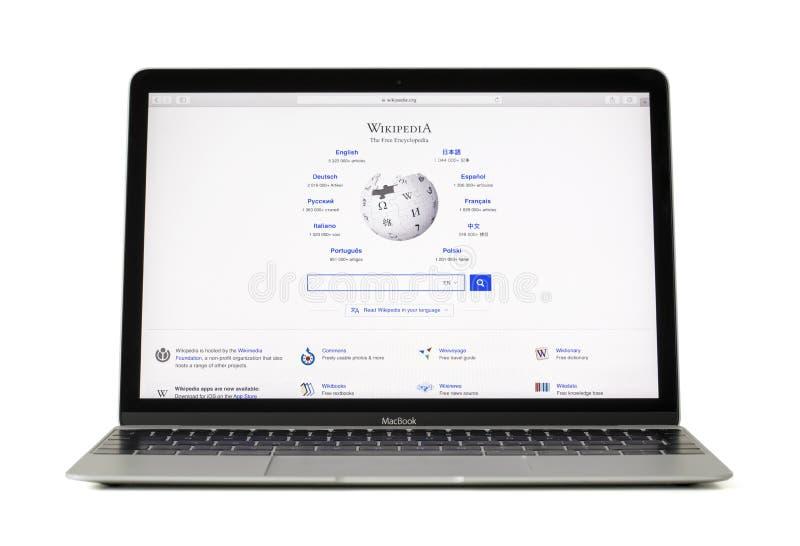 RIGA LETTLAND - Februari 06, 2017: Wikipedia är en fri encyklopedi på datoren för den 12 tum Macbook bärbara datorn fotografering för bildbyråer