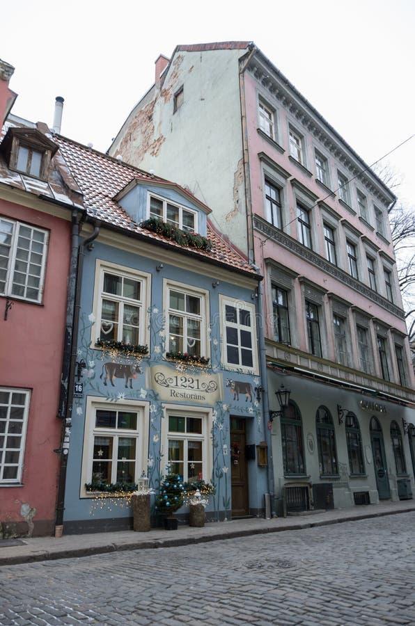 Riga Lettland - Januari 1, 2016: Traditionella medeltida hus i s arkivbild