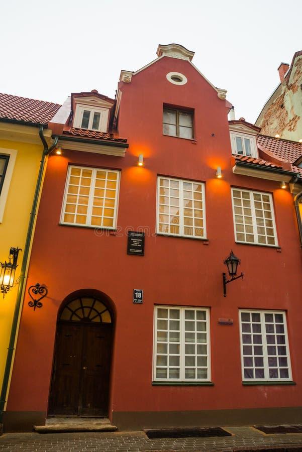 Riga, Lettland: Jauniela-Straße wird für viele russischen Filme in alter Stadt Rigas eingestellt Das Haus wo der Film über Sherlo stockbild