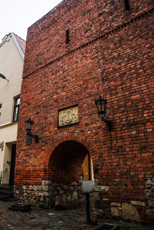 Riga, Lettland: Johns Bauernhof, ein historisches Gebäude in der alten Stadt Rot mit weißer Verbindung stockbild