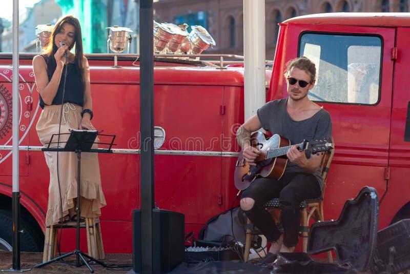 RIGA, LETTLAND - 26. JULI 2018: In der alten Stadtstraße spielen die Musiker Musik und singen lizenzfreie stockfotos