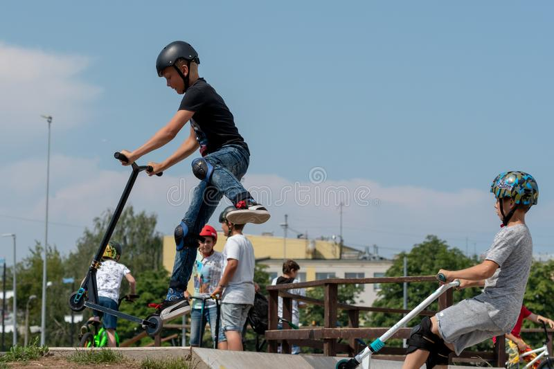 RIGA LETTLAND - JULI 20, 2018: Det tonårs- i skateparkcarrien arkivbild