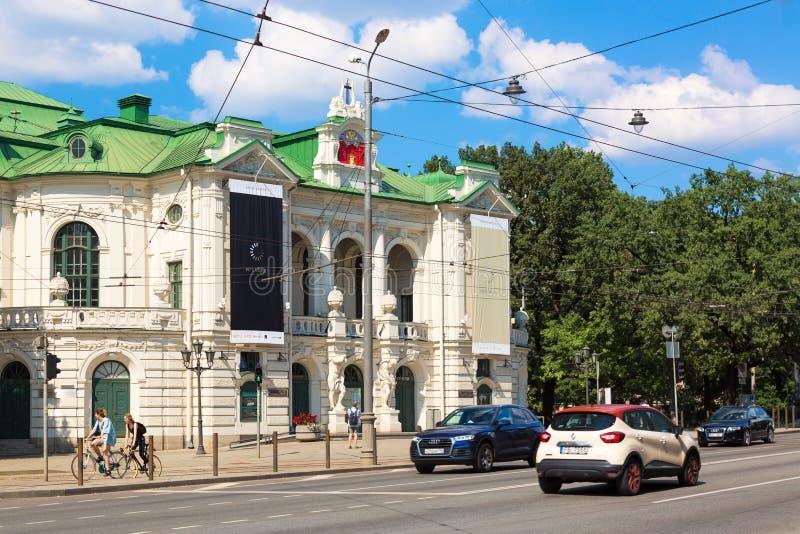 Riga, Lettland - Juli 2018: Nationales Theater in der Mitte alter Stadt Rigas, Hauptstadt von Lettland während des sonnigen Tages stockfotografie