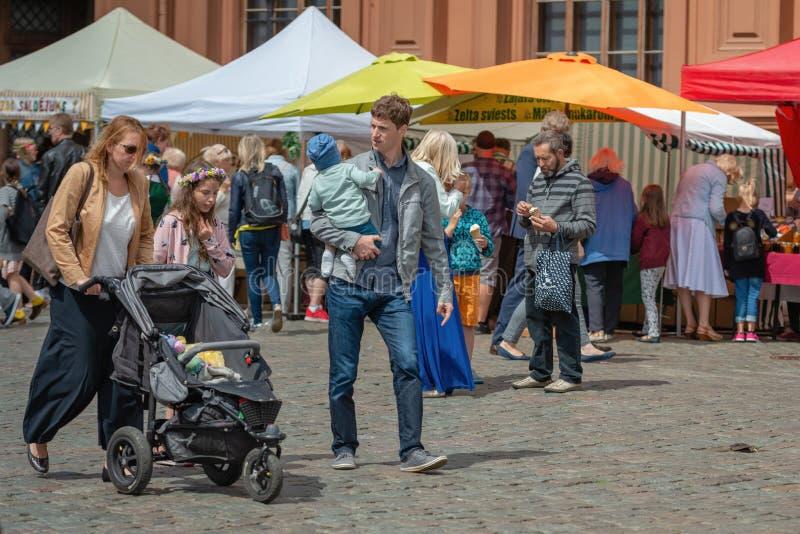 RIGA LETTLAND - JUNI 22, 2018: Marknad för sommarsolstånd Familjintelligens arkivbilder