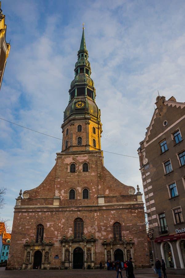 Riga Lettland: Kyrkan av St Peter är ett av symbolerna och en av de huvudsakliga sikten av staden av Riga royaltyfri fotografi