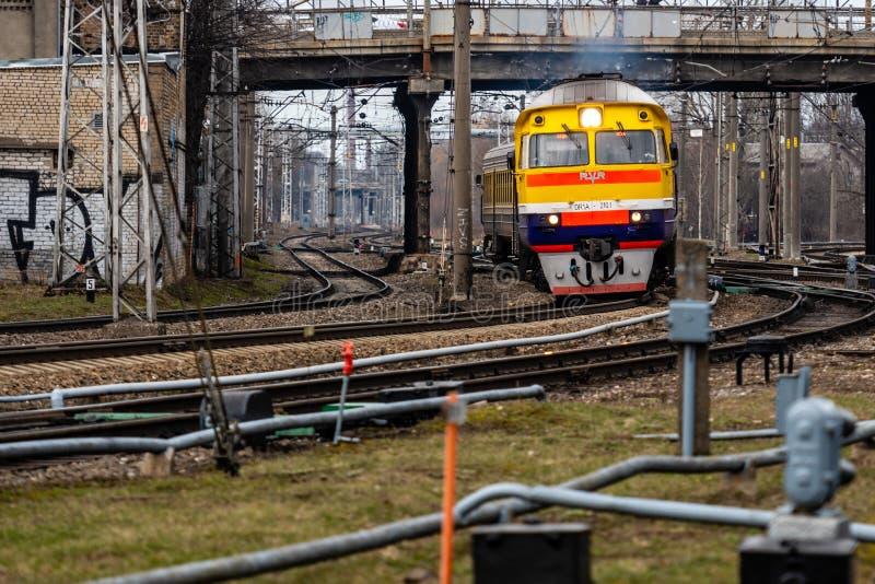 RIGA, LETTLAND - 27. M?RZ 2019: Personenzugans?tze an die Station - Bild stockbild