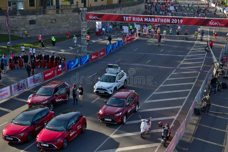 Riga Lettland - Maj 19 2019: Bilar som f?r klara f?r maraton royaltyfri fotografi
