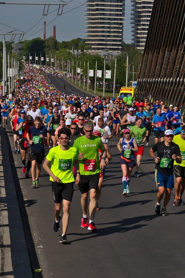 Riga Lettland - Maj 19 2019: Stor maratonkrona som upp till k?r den Vansu bron royaltyfri bild
