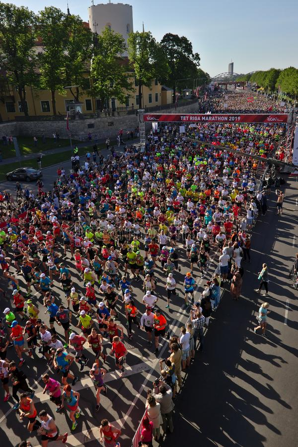 Riga Lettland - Maj 19 2019: Riga TET maratonl?pare som k?r fr?n startlinje royaltyfria bilder
