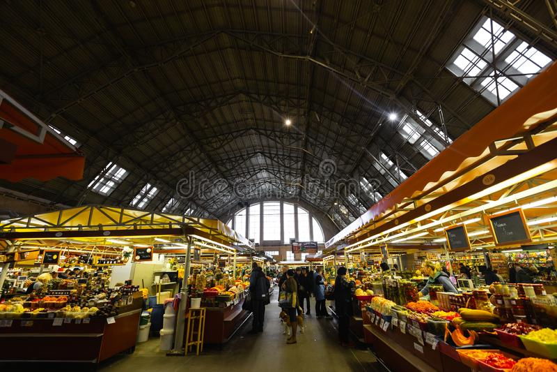 RIGA LETTLAND - MARS 16, 2019: Paviljong för livsmedelsbutik Riga för central marknad, folkköpandemat - tidigare zeppelinarehanga arkivbilder
