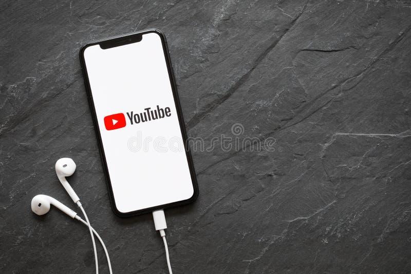 Riga Lettland - mars 25, 2018: Senast utvecklingsiPhone X med den YouTube logoen på skärmen royaltyfri fotografi