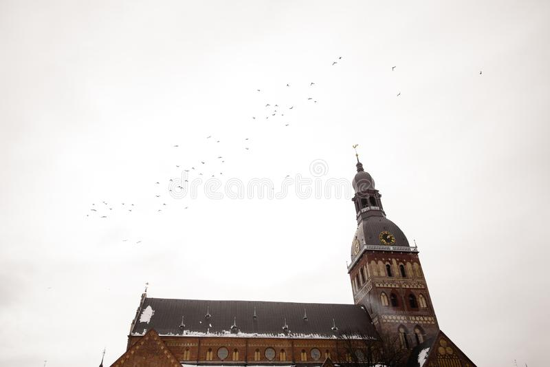 RIGA LETTLAND - MARS 13, 2019: Sikt av kupolfyrkanten Kupolfyrkanten är den största och äldsta fyrkanten i Riga - kupol arkivfoton