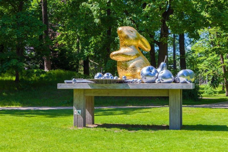 Riga Lettland - 25-May-2016: Konststilleben i botanisk trädgård latvia riga arkivbilder