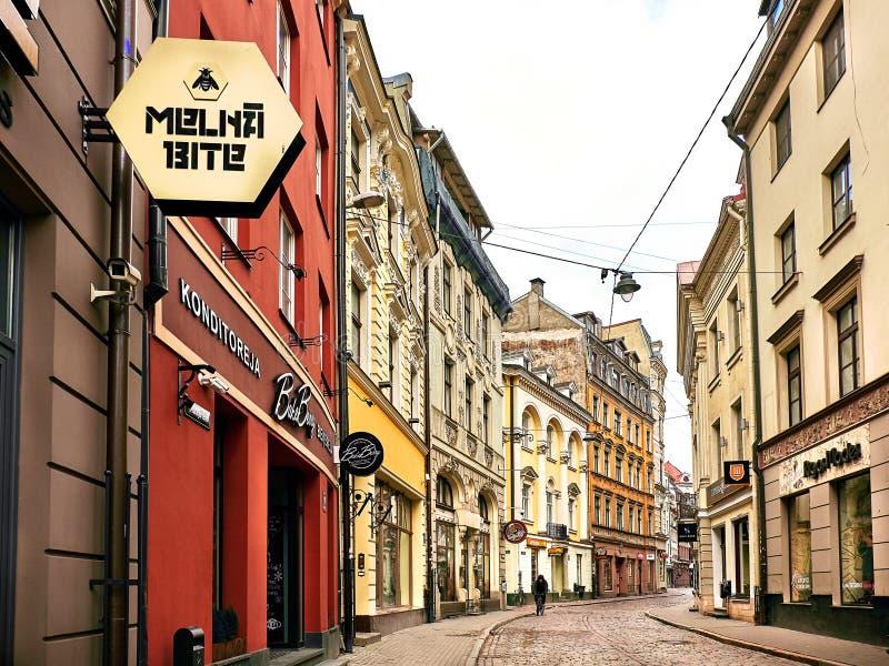 Riga Lettland - September 10, 2017: Smal gata för gammal medeltida morgon utformat retro royaltyfri foto