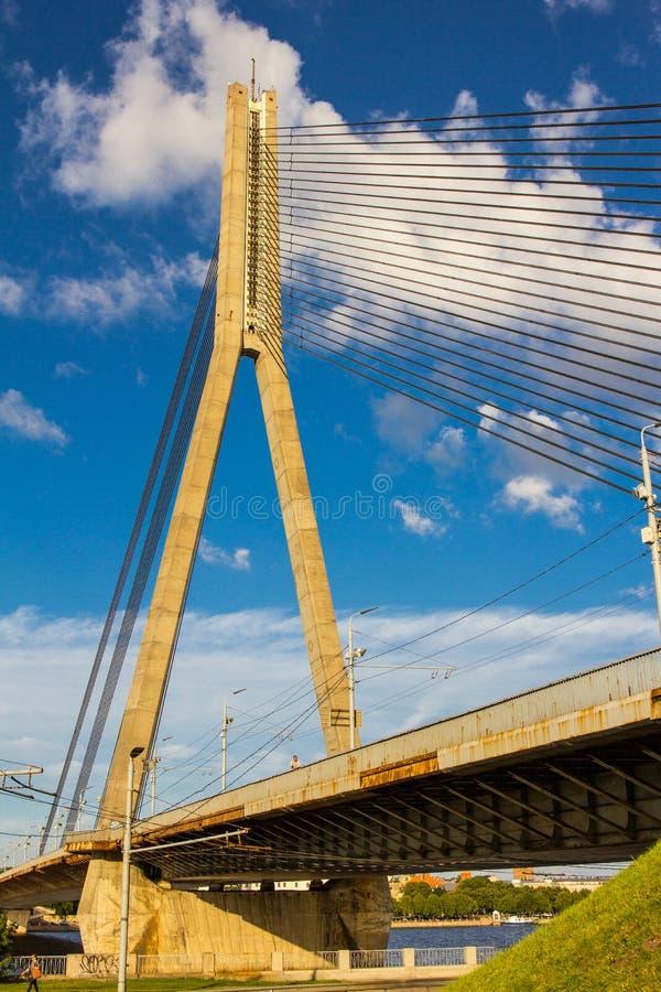 RIGA LETTLAND Vansu bro över Daugavafloden i Riga, Lettland En av fem stora broar i Riga och kabel-blivna det enda royaltyfria foton