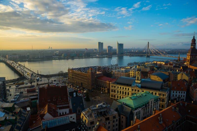 Riga, Lettland: Vogelperspektive von Riga mit der Hauben-Kathedrale und dem Damm des Fluss Daugava lizenzfreie stockbilder