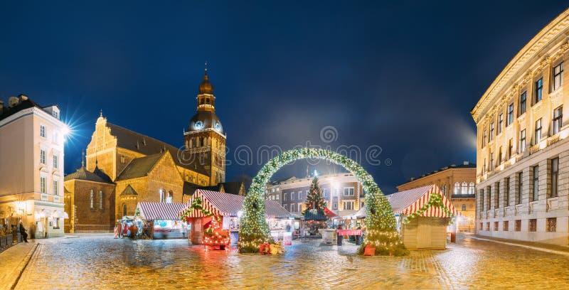 Download Riga, Lettland Weihnachtsmarkt Auf Hauben-Quadrat Mit Riga-Hauben-Kathedrale Stockfoto - Bild von haus, himmel: 106803186