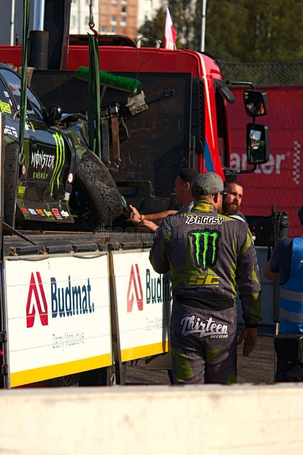 Riga, Lettonia - 2 agosto 2019 - automobile di Stephen Biagionis sollevata fino all'automobile dell'evacuazione immagini stock
