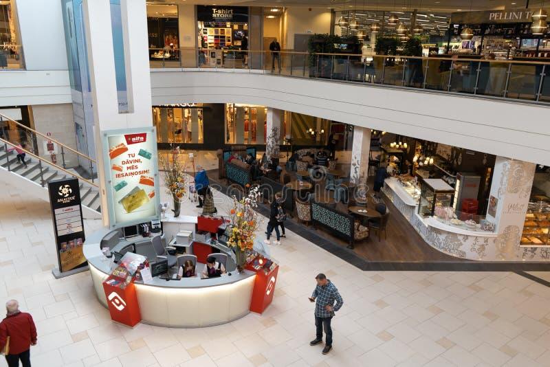 RIGA, LETTONIA - 4 APRILE 2019: Centro commerciale dell'alfa nel distretto di Julga - corridoio principale da sopra fotografia stock libera da diritti