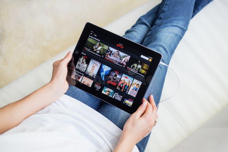 RIGA, LETTONIA - 17 FEBBRAIO 2016: Netflix su App Store Netflix è un fornitore globale di flusso continuo i film e della serie te fotografie stock