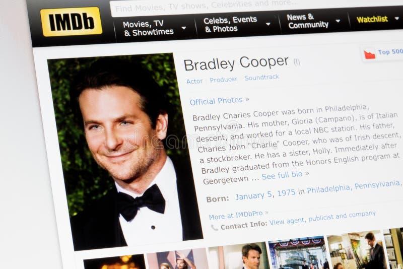 RIGA, LETTONIA - 2 febbraio 2017: Profilo di biografia di IMDb dell'attore famoso Bradley Cooper fotografia stock libera da diritti