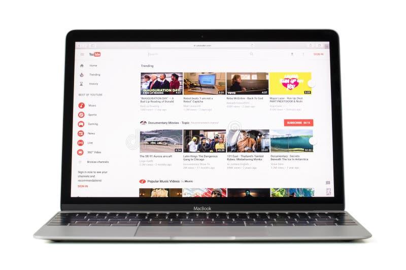 RIGA, LETTONIA - 6 febbraio 2017: Video sito scorrente Youtube COM sul computer portatile a 12 pollici di Macbook fotografie stock libere da diritti