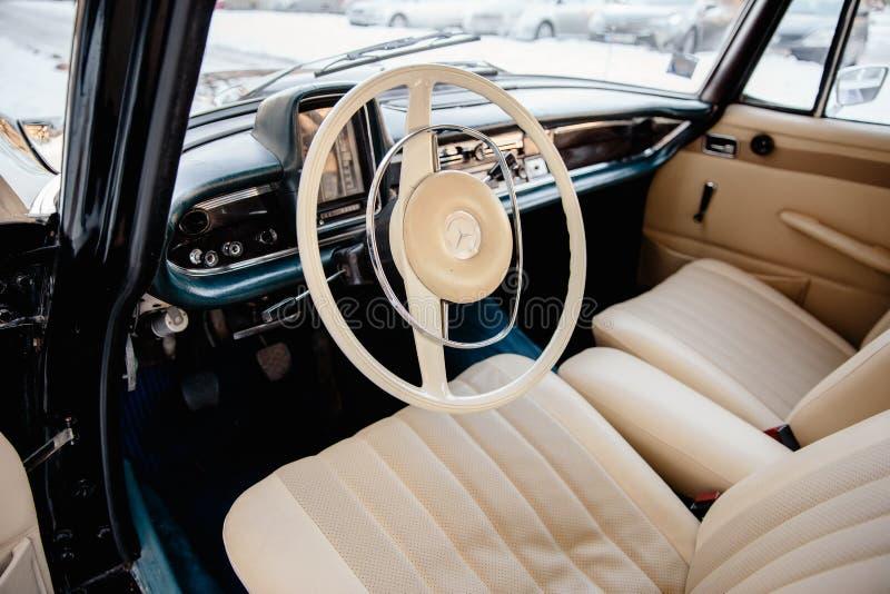 RIGA, LETTONIA - 19 GENNAIO 2019: Bello vecchio primo piano della stella del benz di Mercedes 200 - automobile d'annata dal 1967  fotografia stock libera da diritti