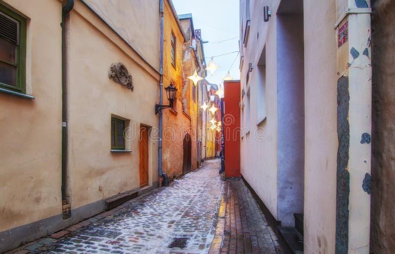 Riga, Lettonia - 5 gennaio 2019: La via pi? stretta a Riga ? via di Rozena Natale in Lettonia fotografia stock