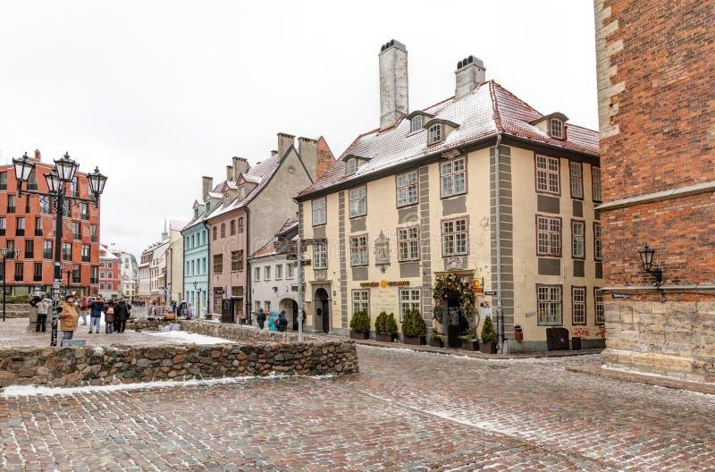Riga, Lettonia - 5 gennaio 2019: Vie di Citt? Vecchia a Riga Passeggiata tramite le vie antiche della citt? immagine stock libera da diritti