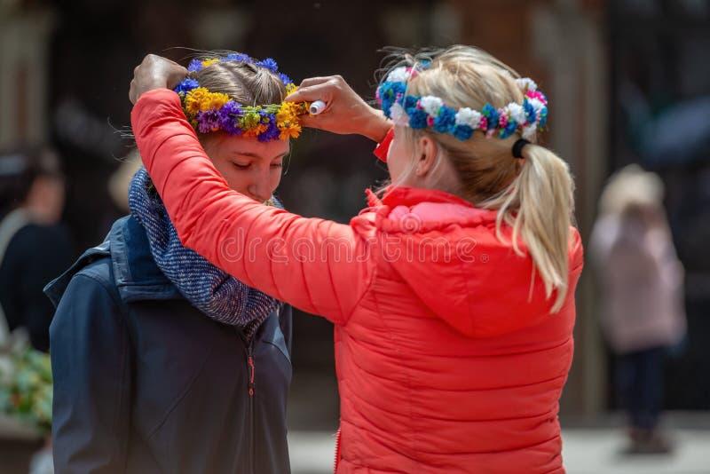 RIGA, LETTONIA - 22 GIUGNO 2018: Mercato di solstizio di estate La donna mette fotografia stock