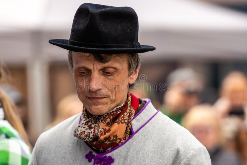 RIGA, LETTONIA - 4 MAGGIO 2019: Concerto festivo nel parco della citt? Uomo in abbigliamento etnografico fotografia stock